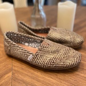 Sz 10 Toms Cream flats with gold threads